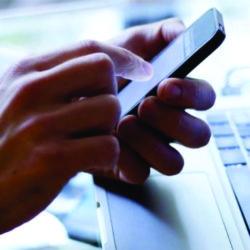 O uso do celular no local de trabalho.